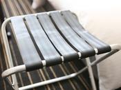【バゲージラック】お荷物を広げやすいように折り畳み式のバゲージラックを設置しています。
