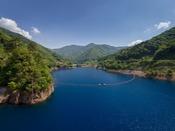 四万ブルーと言われるほど青く美しい奥四万湖