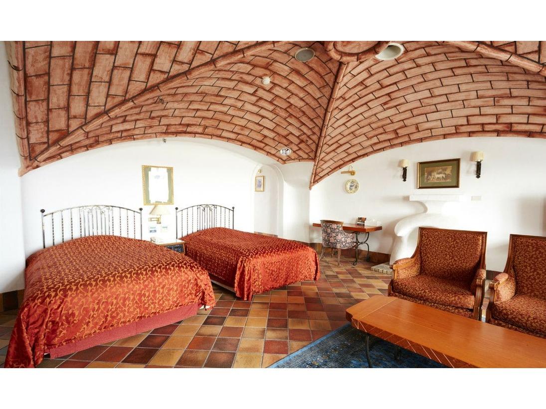 ヨーロピアン館モデレートツインの一例。605号室は天井にレンガを配した独特な雰囲気が魅力のお部屋です。
