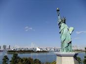自由の女神とレインボーブリッジ