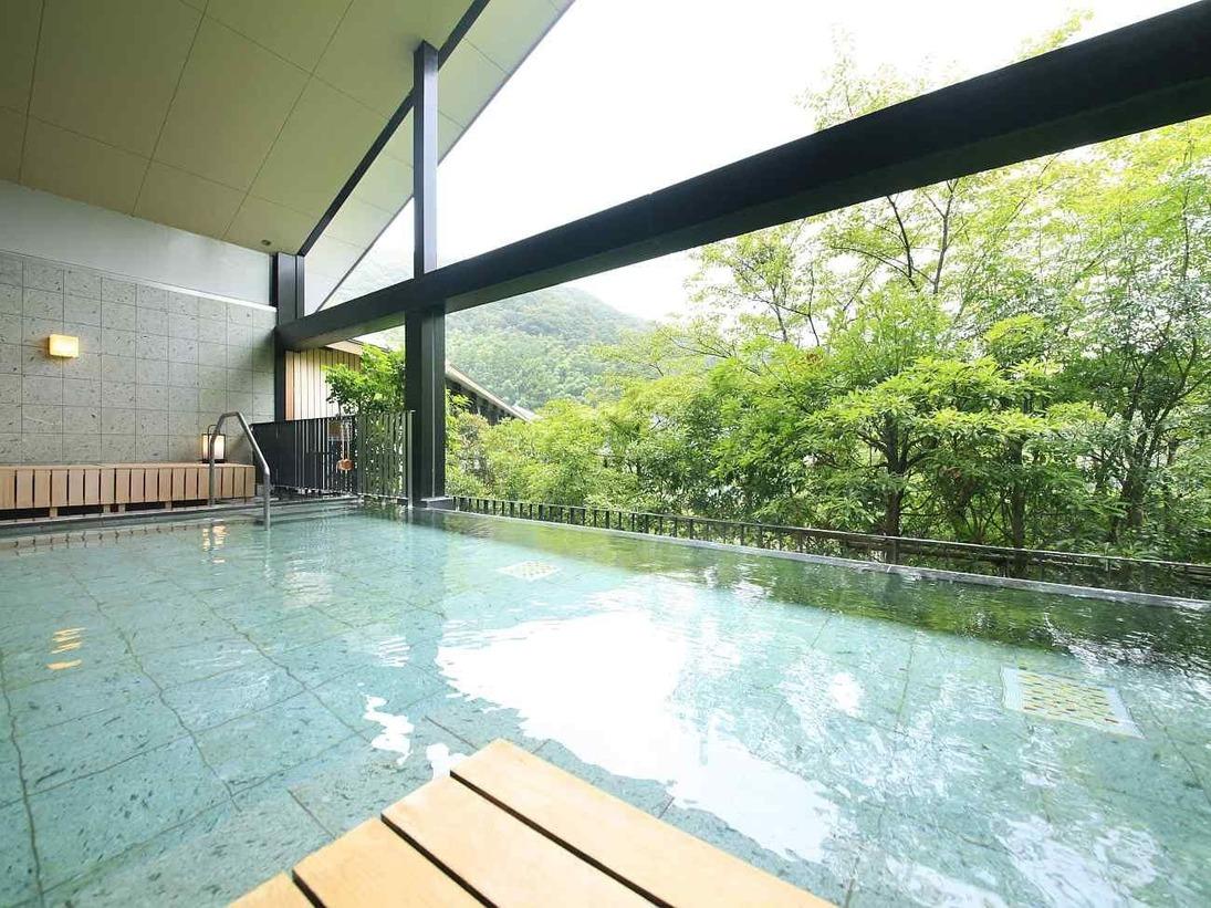 せせらぎの湯処・川面を渡る風が心地よく、開放的な露天風呂※男湯