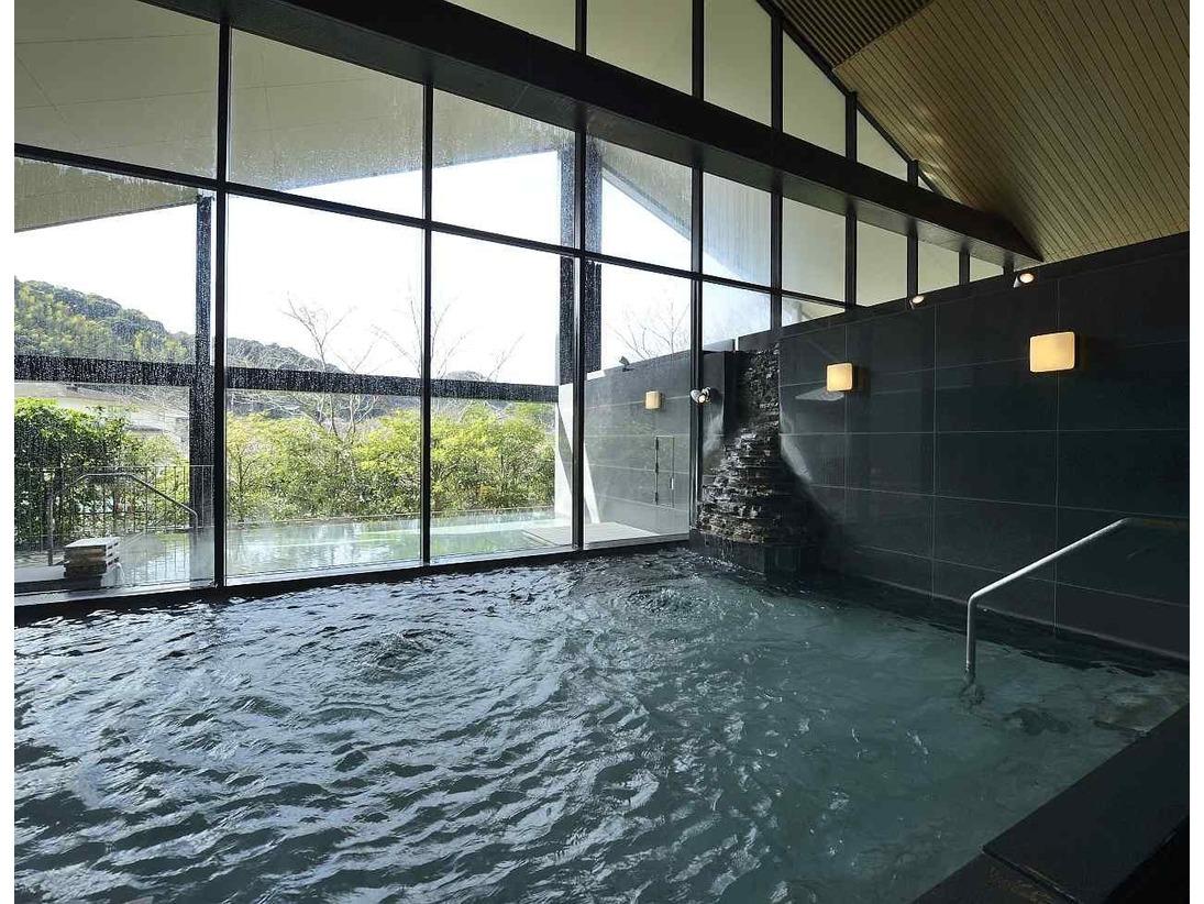 せせらぎの湯処:内湯からも里山風景が眺められる大浴場(男性用)