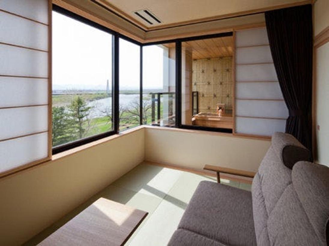 十勝川温泉随一の素晴らしいロケーションを生かしたお部屋。プライベートな湯浴みを愉しめる、平成23年新設の展望露天風呂付客室。観月苑自慢のお部屋です。
