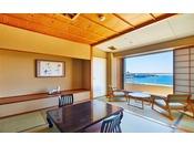 【葵館】海側のお部屋。お部屋から白良浜が望めます。(客室一例)