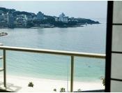 【葵館】海側のお部屋からは白良浜がご覧いただけます。(客室一例)