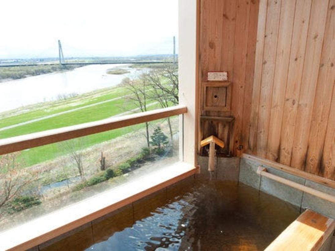 最上階河畔側に設置された露天風呂客室。十勝川の流れを眺めながら、季節を感じることのできるお部屋です。