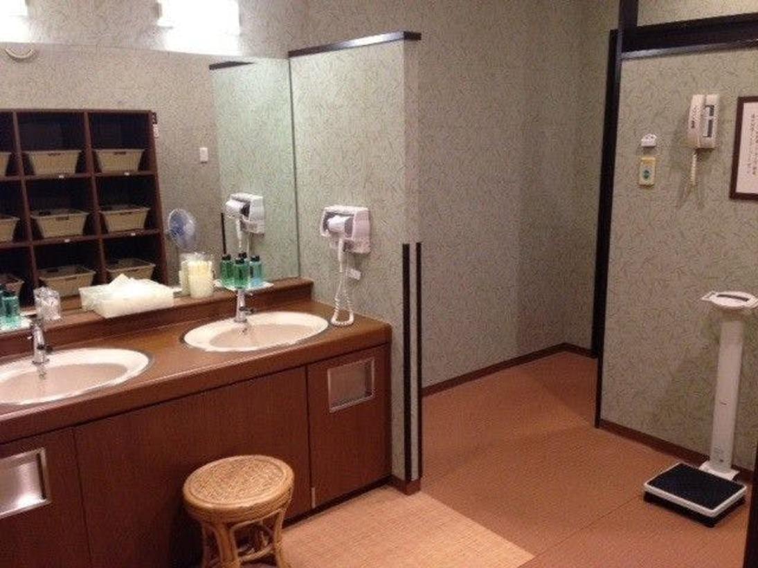 男性大浴場の脱衣所。ティッシュ・髭剃り・シェービングクリーム・綿棒・化粧水・ヘアトニックを設置しております。