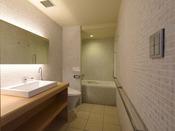 プレミアムシアターツインのベイシングユニット。清潔感ある広めの空間。特別なアメニティーも備わります。