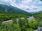 ルミエスタホテルのお部屋は全室南向きの表部屋です。どのお部屋からも美しい梓川と正面の六百山、霞沢岳を一望にできます。