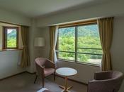 スタンダードルームは全室表部屋、窓辺からは梓川と上高地の山々がご覧になれます。