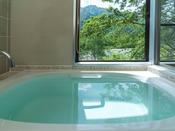 展望風呂付ツインルームのお風呂の窓辺。源泉100%の温泉に浸かりながらお部屋のお風呂で上高地の景色を堪能していただけます。
