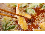 揚げたてサクサクの天ぷら※画像はイメージです。