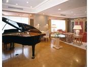 楽器の街【浜松】らしいグランドピアノを設置音響設備も整っています。