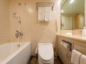 スタンダードタイプのバスルームです。大き目の浴槽をご用意しております。