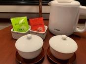 全客室には地元静岡の老舗茶商 竹茗堂(ちくめいどう)の煎茶とほうじ茶をご用意しております。