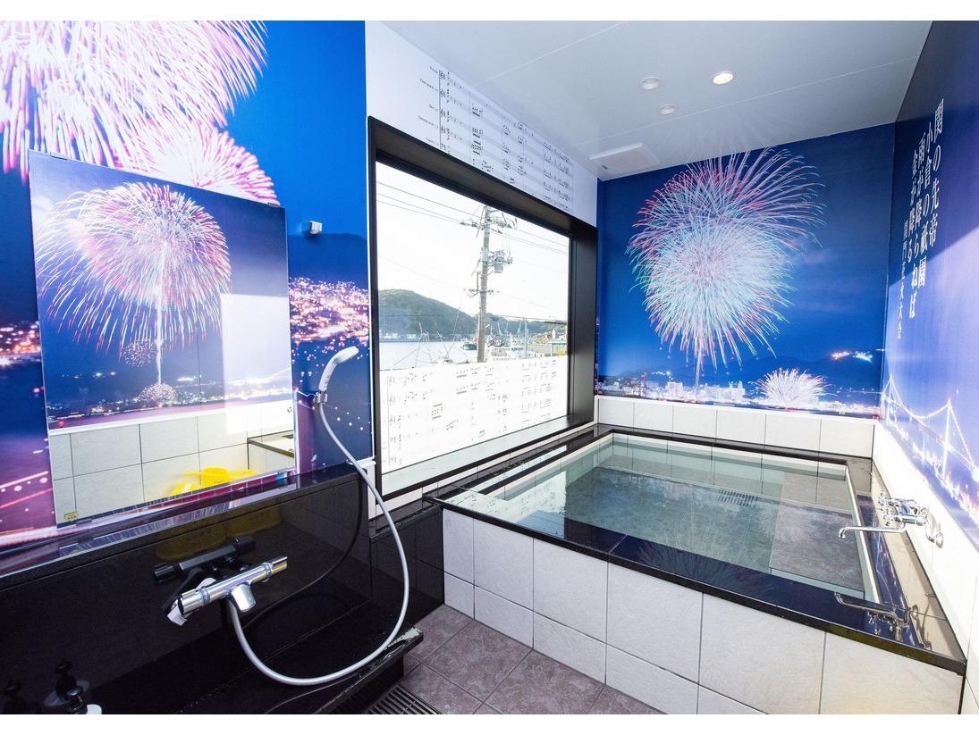2018年12月に完成した「薫 the fu-ro」弐ノ風呂は壁面が関門海峡の花火です。