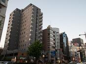 *【外観】地下鉄天神駅から徒歩3分・1Fに飲食店・地下にインターネットカフェ併設