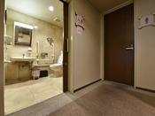 *【3F・多目的トイレ】車いすのままご利用いただける多目的トイレがございます。