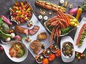 シェフが目の前で仕上げる出来立ての料理が味わえるライブキッチンや、バラエティ豊かなオードブル、季節限定のお魚やお肉料理、パティシエおすすめスイーツなどが食べ放題!圧倒的な品数が揃うブッフェメニューを心ゆくまでお楽しみください。