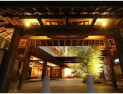 【外観】白浜唯一の本格和風旅館。数奇屋風の玄関でお出迎えいたします。