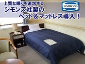 【シングルルーム24平米】セミダブルベッドでゆったりお寛ぎください。