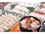 多くの品数を取りそろえた和洋ブッフェスタイルの朝食です。会場はホテル16階KENROKU。金沢の街並みをご覧いただきながらご朝食をお召し上がり頂けます。