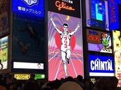 大阪名物「グリコサイン」です。この看板の前では同じポーズをせざるおえない不思議な力を感じます