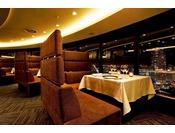 スカイレストランにはカップルシートもございます。周囲の目を気にすることなくお食事頂けます。