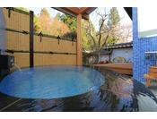 【73番 露天風呂】露天風呂は源泉かけ流し。深い青色のモザイクタイルの湯船です。
