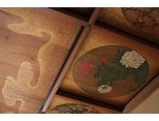 新潟県の上越市に在った遊郭を移築し、その華やいだ風格と、貴重な天井欄間の蒔絵を保存、管理してまいりました。(21番のお部屋)