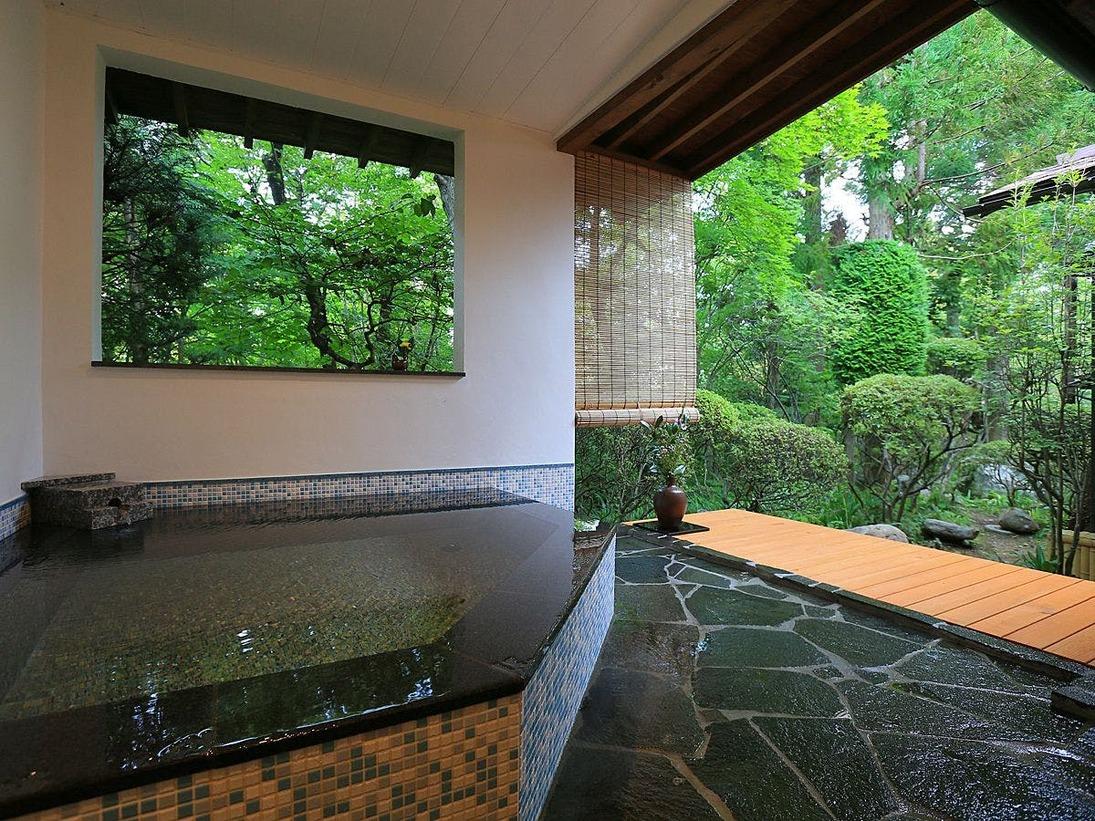 温泉露天付特別室23番の露天風呂。露天風呂は源泉かけ流し。モザイクタイルの湯船です。