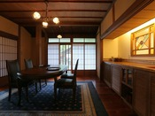 【72番 食事室】花梨の木の食事室。ご夕食・ご朝食ともにお部屋でお楽しみいただけます。