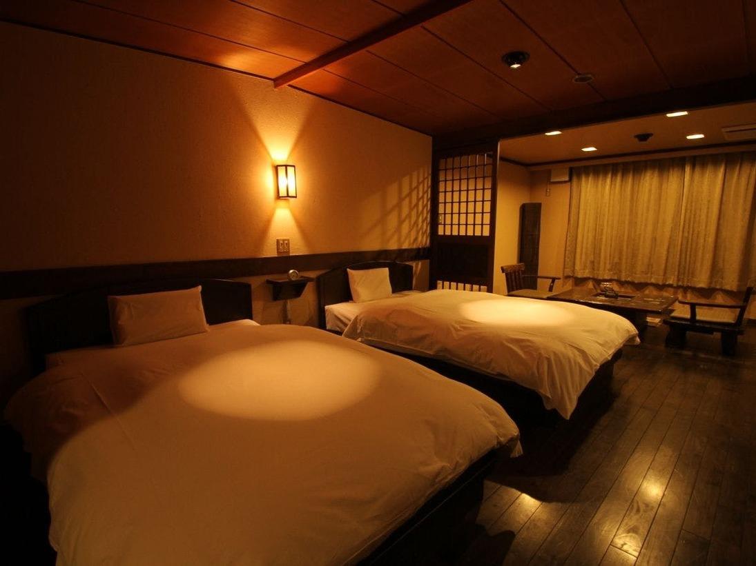 阿寒湖を望む囲炉裏部屋。シモンズベッド、枕はテンピュールをご用意しています。