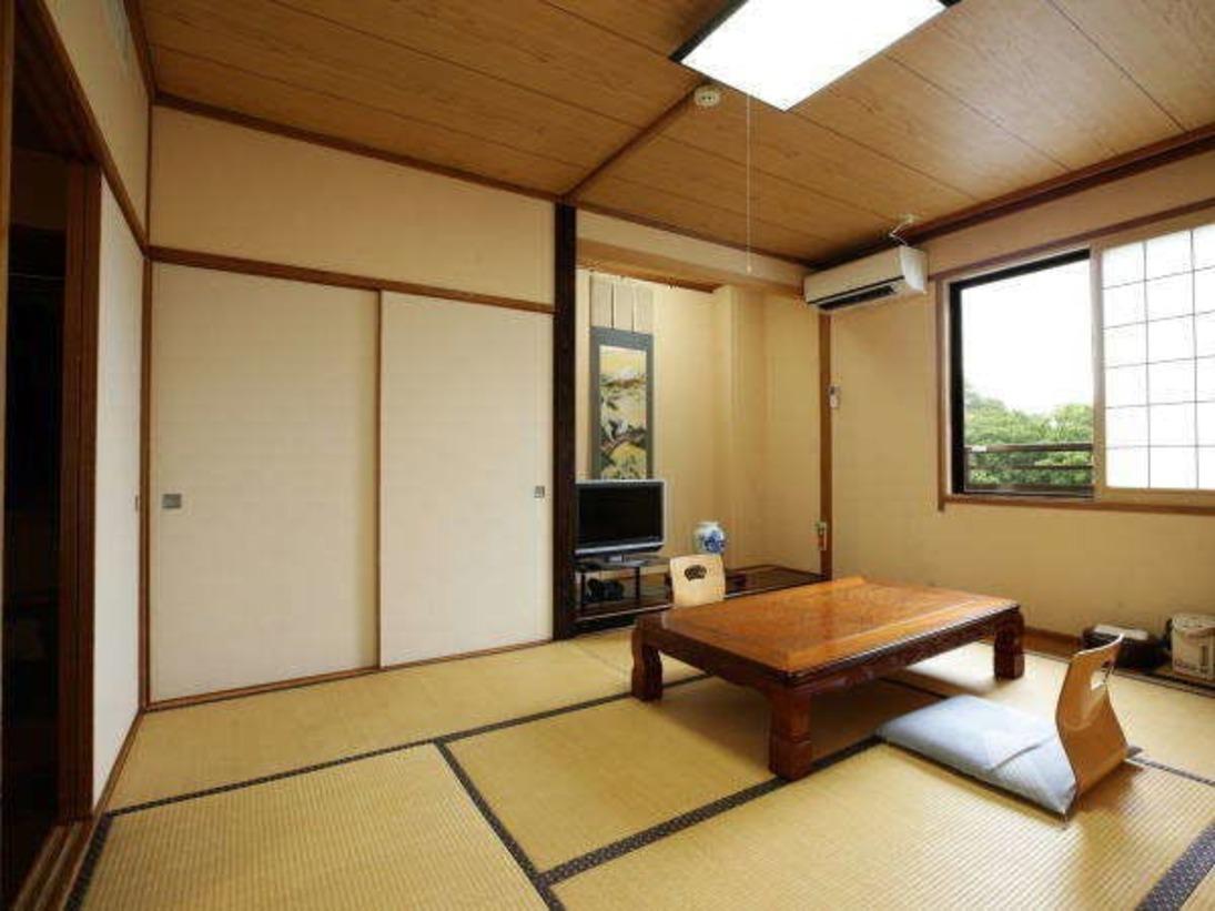 本館和室8畳:ゆったりとお寛ぎいただける畳のお部屋。