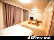 ◆和洋室 広さ:30平米 サータ社製クイーンベット160cm×195cm×1台、布団 95cm×195cm 2組