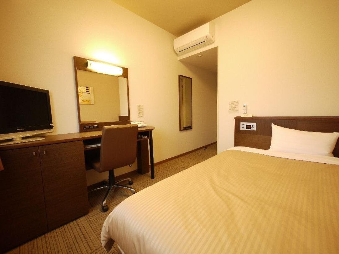 スタンダードシングルルーム、140センチ幅のセミダブルベッドで、ゆったりとお休み頂けます。宿泊フロアは2階から6階です。布団の買い替え、家電類の追加や交換などを進め、お部屋の質を向上させられるようつとめております。