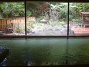~大浴場~ 1階大浴場。広々とした空間とガラス越しに映る外の景色が人気です。どうぞ、ごゆるりとお寛ぎ下さいませ。