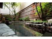 ~露天風呂~ 3階の露天風呂。落ち着いた雰囲気が心を空にしてくれる石造りの露天風呂です。