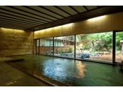 ~大浴場~ 1階の大浴場。ガラスの外には庭園と池に見立てられた源泉かけ流しの露天風呂もございます。