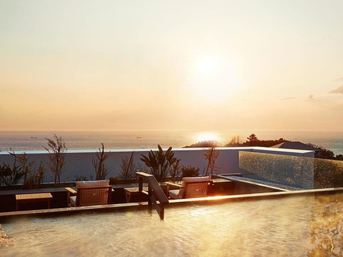 「空」WEST大浴場の露天風呂からは太平洋のエターナルビューが広がります