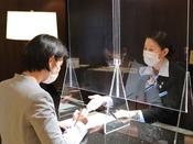 お客様と対面してご案内する箇所に透明アクリル板の設置