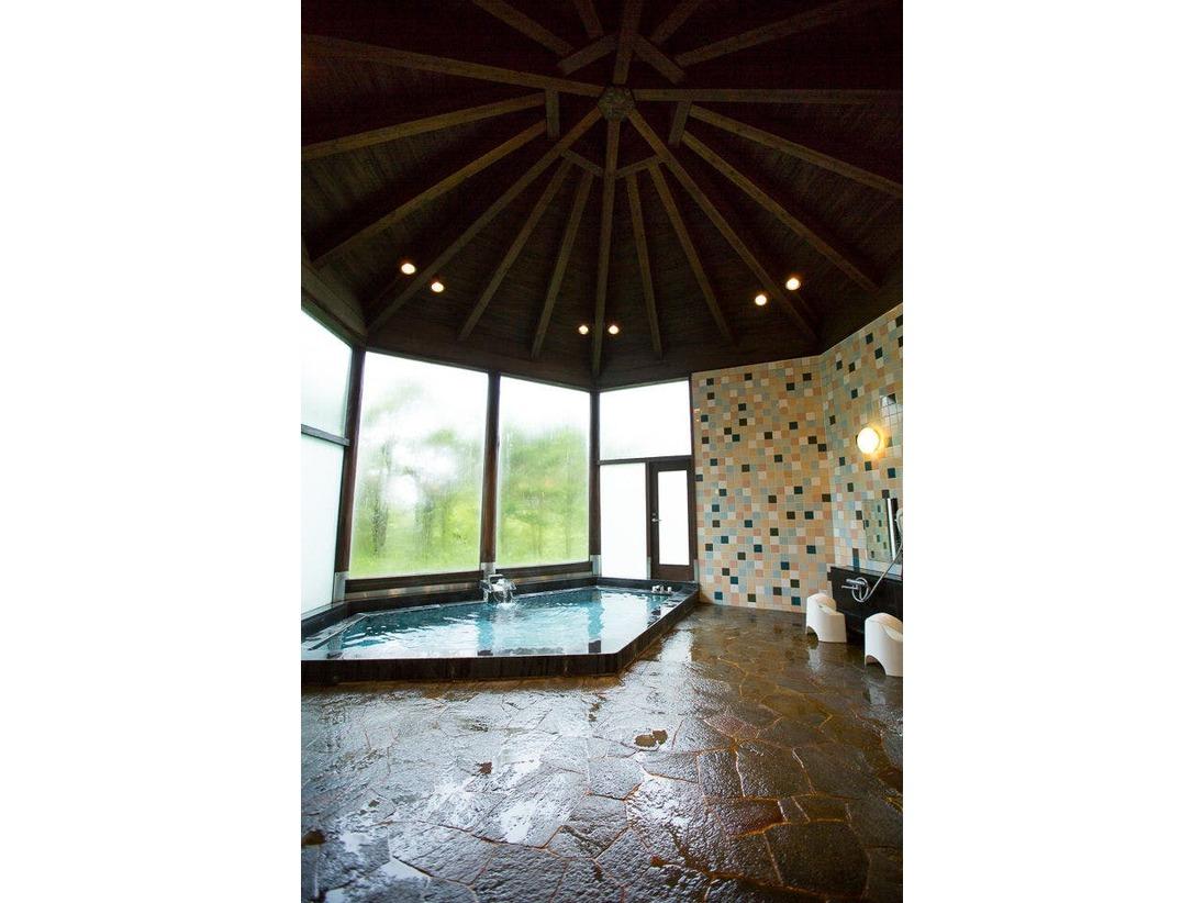 チェックイン~アウトまで、ご自由にお使いいただける男女別の温泉です。冷え症や疲労回復などの効能を持ち、硫黄の匂いが強い人気の温泉です。