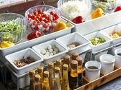 【朝食】女性に嬉しいサラダコーナーは何と10種類以上!ドレッシングも種類豊富にご用意♪
