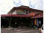 車で約30分。沖縄料理はもちろん、大切な人へのお土産にオススメです。