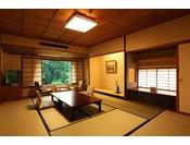 和室10畳【舞の棟3階】季節がそよぐ気配りのお部屋。日本の伝統美に、自然の造形美を重ねた純和風のくつろぎ空間。