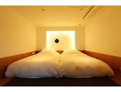 特別室「海のみどり」【舞の棟2階】ベッドルームはこだわりの寝具で快適な眠りを