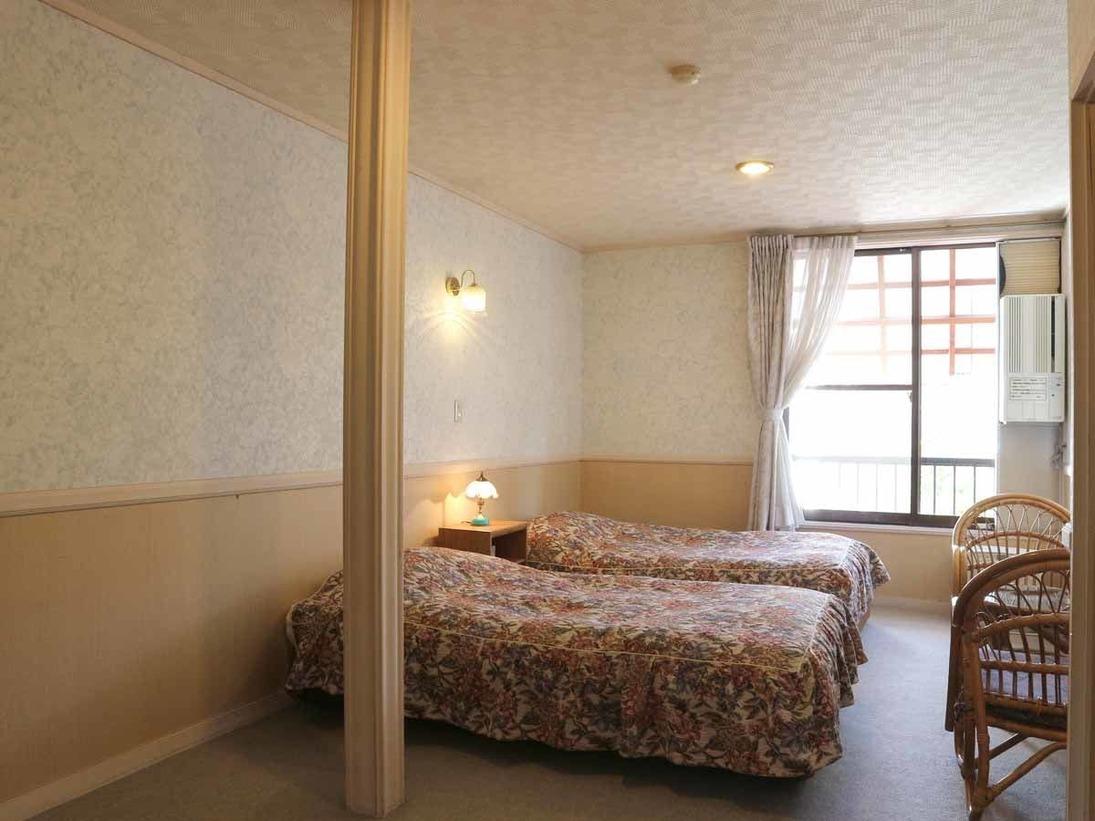 *[本館/ツイン・バストイレなし]シンプルで落ち着く色合いの客室