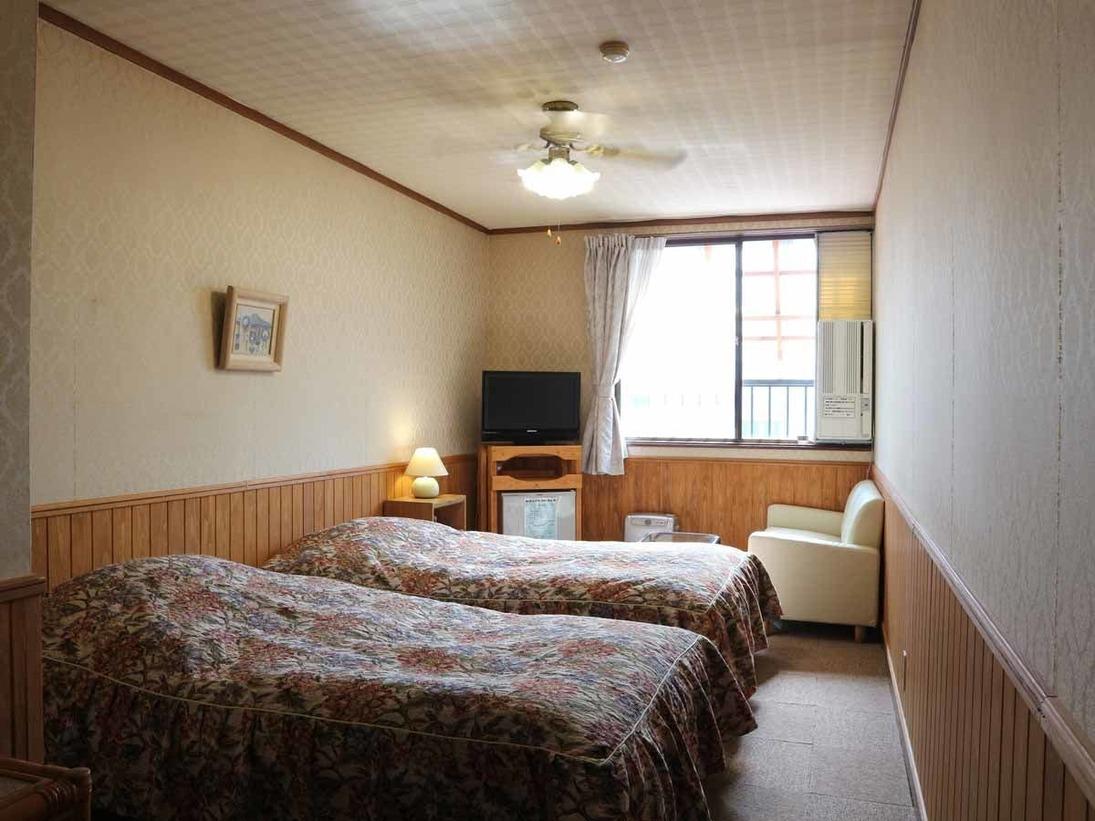 *[本館/ツイン・バストイレなし]オフホワイトとブランを基調とした客室