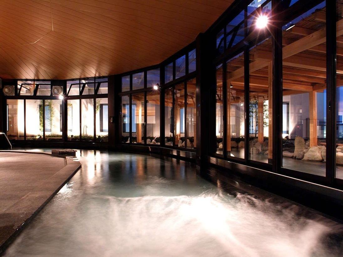 大きな湯船の大浴場。はるばるタンクローリーで運んだ湯河原温泉がお楽しみ頂けます。