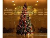 クリスマス期間中はロビーに大きなツリーが立ちます。